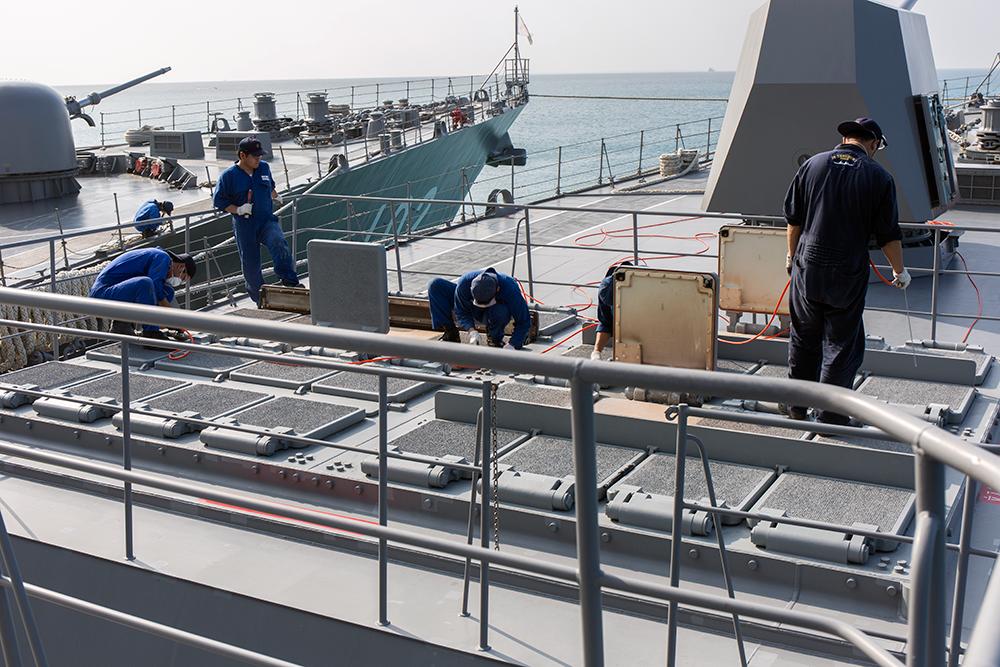 垂直発射装置 こちらは垂直発射装置。32門ある発射口から発展型シースパローミサイルな... 海上